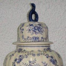 Antigüedades: ANTIGUO TIBOR O JARRÓN DE PORCELANA. HOLANDA - DELFT. CON SELLO. BASE DE MADERA.. Lote 47405933