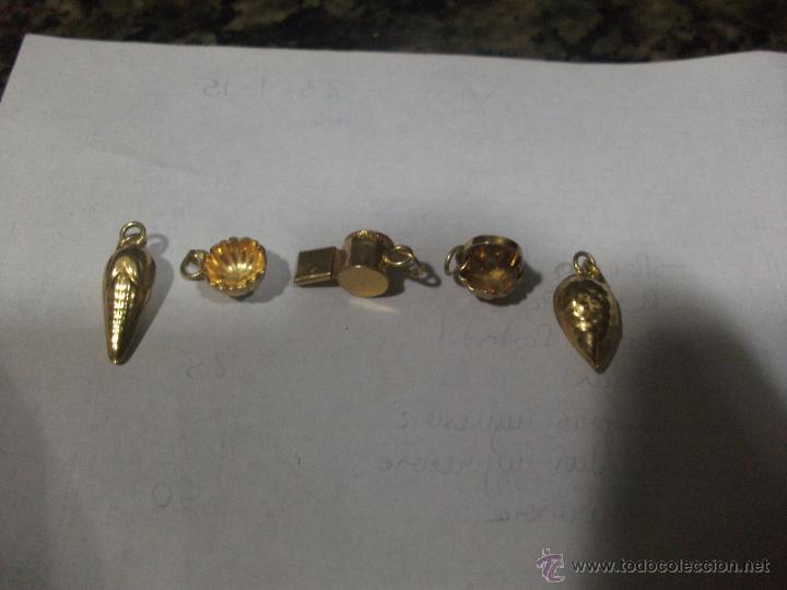 Antigüedades: Lote 5 pequeños colgantes en plata dorada - Foto 2 - 47416309