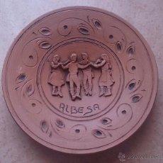 Antigüedades: PLATO ANTIGUO EN TERRACOTA CON MOTIVO DE SARDANA, HECHO A MANO ALBESA ( LÉRIDA ) .. Lote 47472030