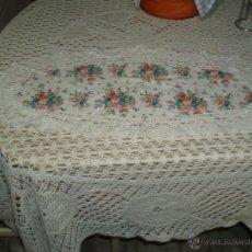 tapete rectangular con flores rematado con una bonita puntilla
