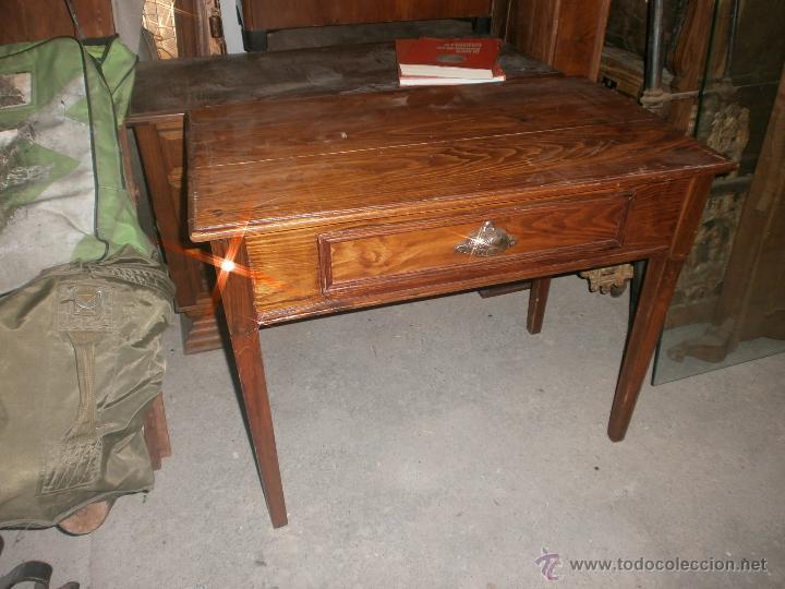 Mesa de cocina antigua en madera con tiraror de concha, barnizada,medida  altura 69 ancho 85 x 49 cm.