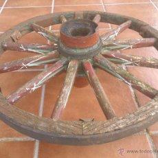 Oggetti Antichi: ANTIGUA RUEDA DE MADERA,CARRETILLA,CARRO,CARRETON.LLANTA DE HIERRO.DIAMETRO;67CM.. Lote 47525036