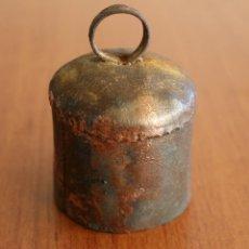 Antigüedades: MUY ANTIGUO CENCERRO EN MINIATURA CON BADAJO DE MADERA – BUEN SONIDO - DECORACION CASA CAMPO, FINCA. Lote 47551174