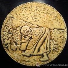 Antigüedades: PRECIOSO PLATO CERAMICA CON RELIEVES LA VIÑA CAMPESINOS RECOGIDA UVAS, AÑOS 40-50. Lote 47573949