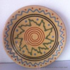 Antigüedades: PLATO ANTIGUO DE LA BISBAL FIRMADO RISSEC. Lote 47574319