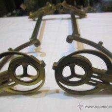 Antigüedades: PAREJA DE ALZAPAÑOS ANTIGUOS ART DECO EN BRONCE. 34 CMS. LARGO.. Lote 47580168