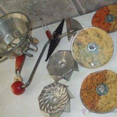 Antiquités: ANTIGUO RALLADOR PASAPURE FRANCES DESMONTABLE MOULINETTE.AÑOS 50.. MULTIPLES ACCESORIOS. Lote 197392350