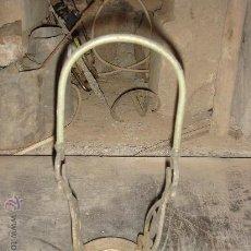 Antigüedades: ANTIGUO TROZO / SOPORTE DE LAMPARA O FANAL. Lote 22479782
