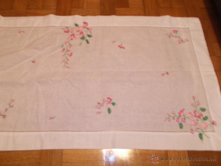 Antigüedades: camino de mesa bordado a mano MAS REGALO - Foto 2 - 47678618