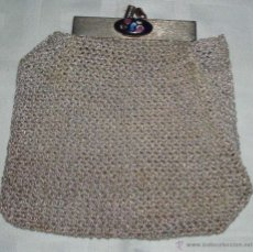 Antigüedades: MINI BOLSO A GANCHILLO CON HILO DORADO CIERRE METALICO CON UN ESMALTE. Lote 47719521