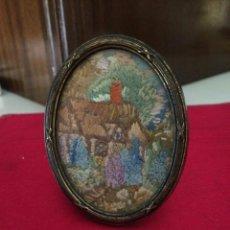Antigüedades: ANTIGUO MARCO PORTA RETRATO INGLÉS DE LATÓN CON BORDADO. Lote 47735711