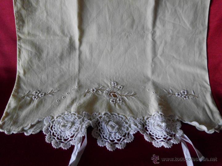 Antigüedades: Sábana con funda de algodón con bordado y puntilla hecho a mano - Foto 11 - 47740106