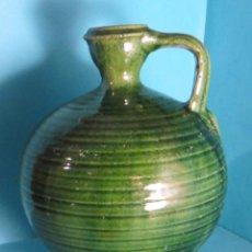 Antigüedades: BOTELLA DE TERRACOTA BARNIZADA EN COLOR VERDE. SELLO TITO ÚBEDA. ALTURA 19 CM. Lote 47741422