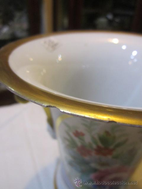 Antigüedades: Antiguo jarrón de porcelana, pintado a mano, con marca en la base. 20 cms. altura. - Foto 2 - 47768005