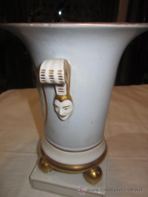 Antigüedades: Antiguo jarrón de porcelana, pintado a mano, con marca en la base. 20 cms. altura. - Foto 3 - 47768005