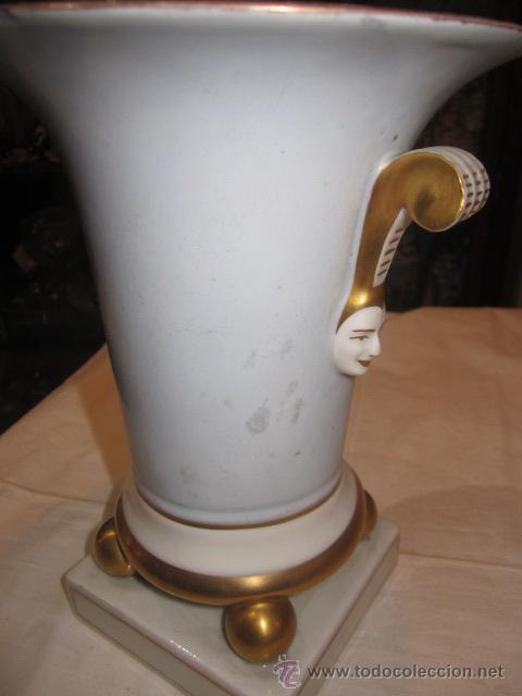 Antigüedades: Antiguo jarrón de porcelana, pintado a mano, con marca en la base. 20 cms. altura. - Foto 4 - 47768005