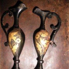 Antigüedades: ANTIGUA PAREJA JARRONES MINIATURA HIERRO Y ORO TOLEDO LOTE 2 JARRON ADAMASCADO. Lote 47761527