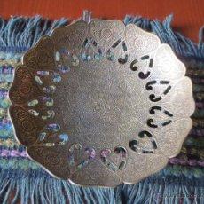 Antigüedades: CENTRO DE MESA EN LATON.. Lote 47780634