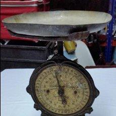 Antigüedades: PESO ANTIGUO DE HIERRO MUY DECORADO Y COMPLETO SIGLO XIX. Lote 47839107