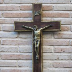 Antigüedades: CRUCIFIJO DE MADERA CON CRISTO DE BRONCE EN RELIEVE - SIGLO XIX - XX.. Lote 166889002