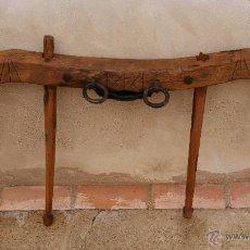 Antigüedades: ANTIGUO YUGO EN MADERA, CUERO Y HIERRO.. Lote 47886858