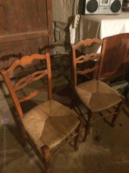 ANTIGUAS 2 SILLAS AÑOS 40 MADERA CHOPO O PINO, DECORADAS (Antigüedades - Muebles Antiguos - Sillas Antiguas)