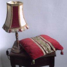 Antigüedades: CONJUNTO DE LÁMPARA CON PANTALLA Y COJÍN MODERNISTA.. Lote 47918500