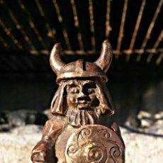Antigüedades: PEQUEÑA ESCULTURA EN BRONCE (O SIMILAR) VINTAGE DE UN VIKINGO, FIRMADA.. Lote 47939444