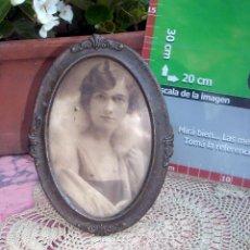 Antigüedades: HERMOSO MARCO PORTAFOTOS FRANCES OVALADO LATON AÑO 30 12CM. Lote 47945597