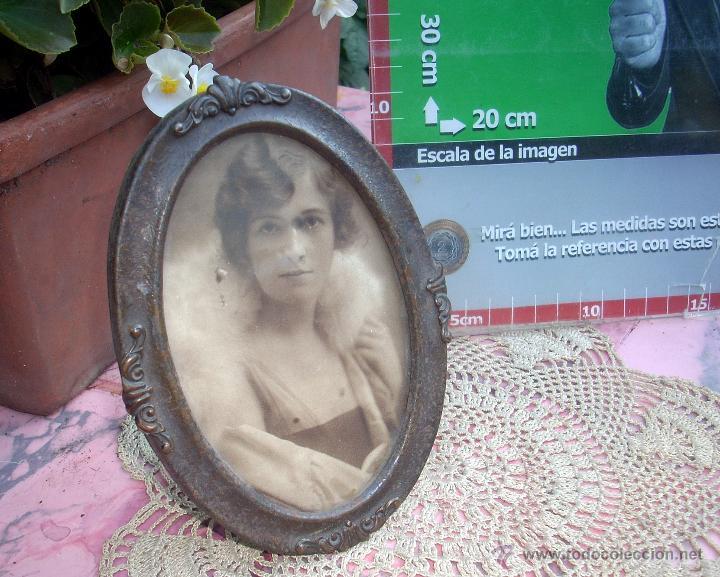Antigüedades: HERMOSO MARCO PORTAFOTOS FRANCES OVALADO LATON AÑO 30 12CM - Foto 2 - 47945597