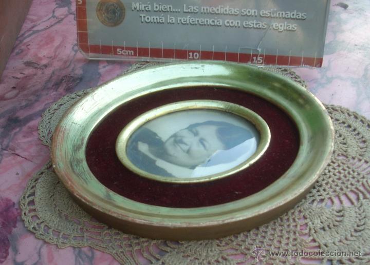 Antigüedades: HERMOSO MARCO PORTAFOTOS FRANCES OVALADO DORADO A LA HOJA AÑO 40 16CM VIDRIO CURVO - Foto 6 - 47945692