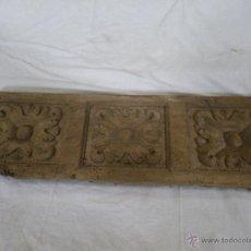 Antigüedades: MUY ANTIGUO LATERAL DE MESA TALLADO SIGLO XVI - XVII ,, IDEAL PARA DECORAR ,, VER . Lote 47954543