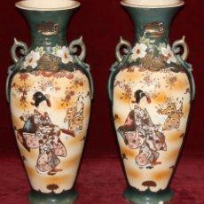 Antigüedades: PAREJA DE JARRONES EN PORCELANA PINTADA DE MANUFACTURA JAPONESA. Lote 47972242