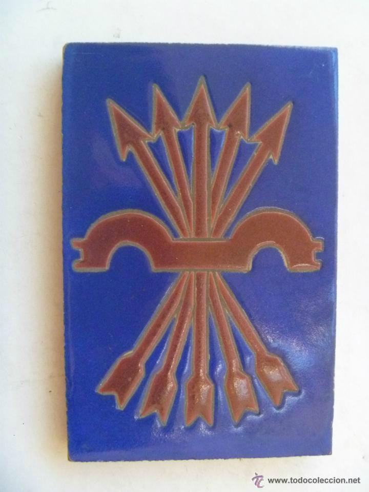 FALANGE : ANTIGUO AZULEJO CON EMBLEMA , 9 X 14 CM ... HECHO EN TRIANA, SEVILLA . (Antigüedades - Porcelanas y Cerámicas - Triana)