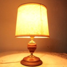 Antigüedades: LAMPARA DE MESA, MEDIA LUZ, CON PIE DE MADERA CON PANTALLA. Lote 141330456