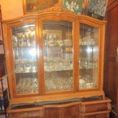 Antigüedades: APARADOR-VITRINA DE DOS CUERPOS CHAPADO EN NOGAL HACIENDO BONITOS DIBUJOS.. Lote 26186890