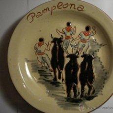 Antigüedades: ESPAÑA BONITO PLATO DECORATIVO SAN FERMIN PAMPLONA TOROS - MIRA OTROS EN VENTA. Lote 47994880