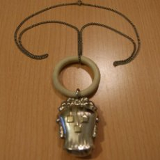 Antigüedades: SONAJERO O SONAJA DE PLATA CON CADENA EN PLATA S.XIX DOBLE CARA CON RELIEVE. Lote 48003405