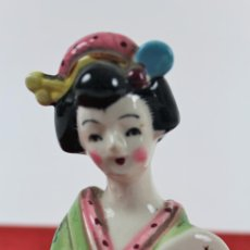 Antigüedades: PEQUEÑA FIGURA EN PORCELANA JAPONESA. GEISHA. PINTADA A MANO. Lote 121560763