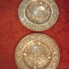 Antigüedades: PAREJA DE PLATOS REPUJADOS EN PLATA DE LEY. Lote 48148648