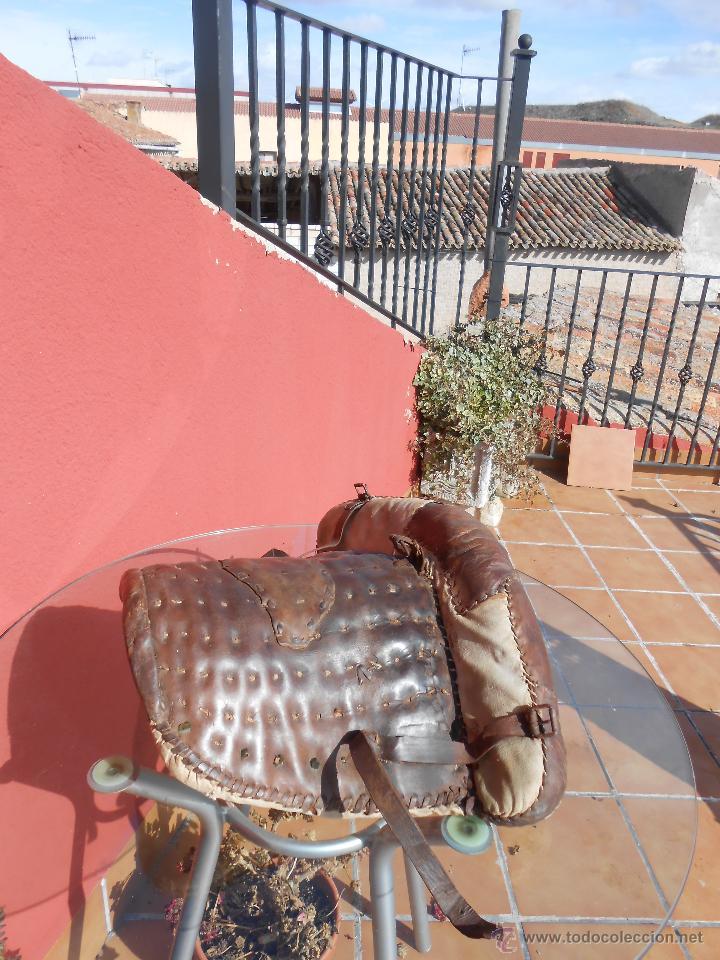 Antigüedades: COLLERA PARA ANIMAL DE ARRASTRE. EN CUERO, RESTAURADA - Foto 7 - 48132137