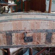 Antigüedades: MUY ANTIGUO Y RARO BAÚL DE VIAJE PARA RESTAURAR, HECHO EN MADERA Y REFUERZOS DE CHAPA. Lote 48217705