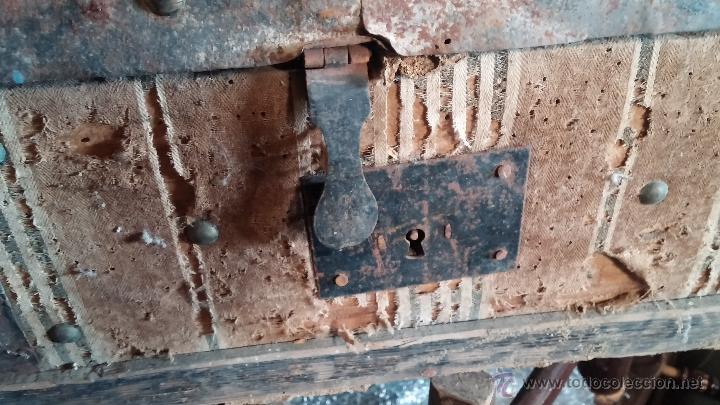 Antigüedades: Muy antiguo y raro baúl de viaje para restaurar, hecho en madera y refuerzos de chapa - Foto 2 - 48217705