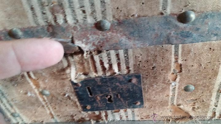 Antigüedades: Muy antiguo y raro baúl de viaje para restaurar, hecho en madera y refuerzos de chapa - Foto 3 - 48217705