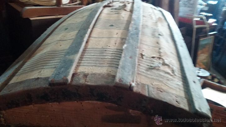 Antigüedades: Muy antiguo y raro baúl de viaje para restaurar, hecho en madera y refuerzos de chapa - Foto 5 - 48217705