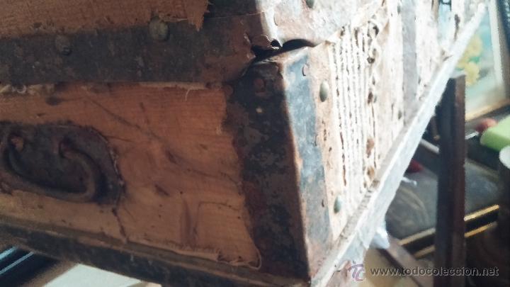 Antigüedades: Muy antiguo y raro baúl de viaje para restaurar, hecho en madera y refuerzos de chapa - Foto 7 - 48217705