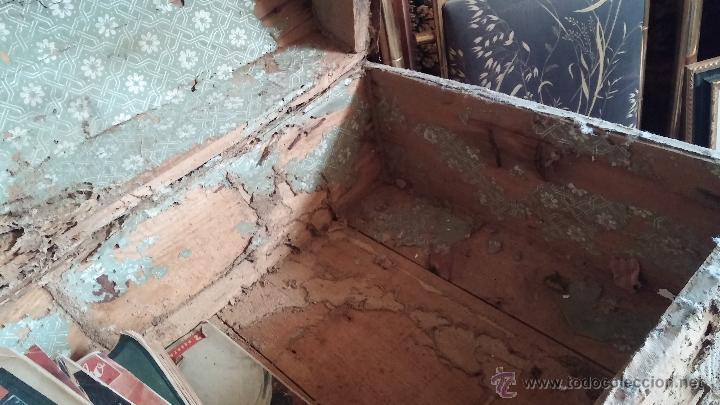 Antigüedades: Muy antiguo y raro baúl de viaje para restaurar, hecho en madera y refuerzos de chapa - Foto 8 - 48217705