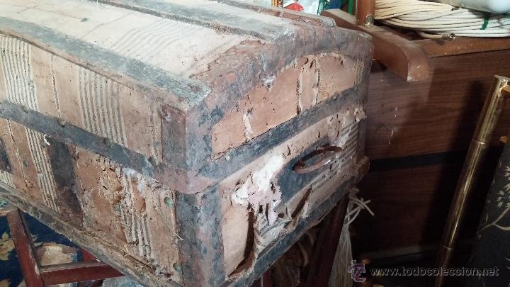Antigüedades: Muy antiguo y raro baúl de viaje para restaurar, hecho en madera y refuerzos de chapa - Foto 13 - 48217705