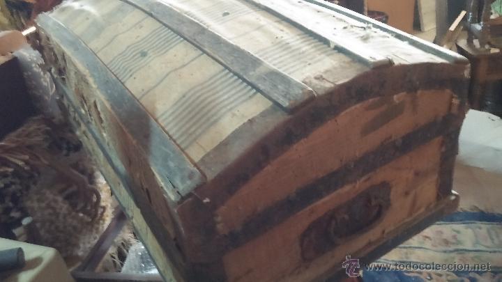 Antigüedades: Muy antiguo y raro baúl de viaje para restaurar, hecho en madera y refuerzos de chapa - Foto 15 - 48217705