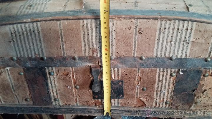 Antigüedades: Muy antiguo y raro baúl de viaje para restaurar, hecho en madera y refuerzos de chapa - Foto 18 - 48217705